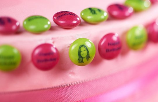 Cake decoration with personalized M&M'S