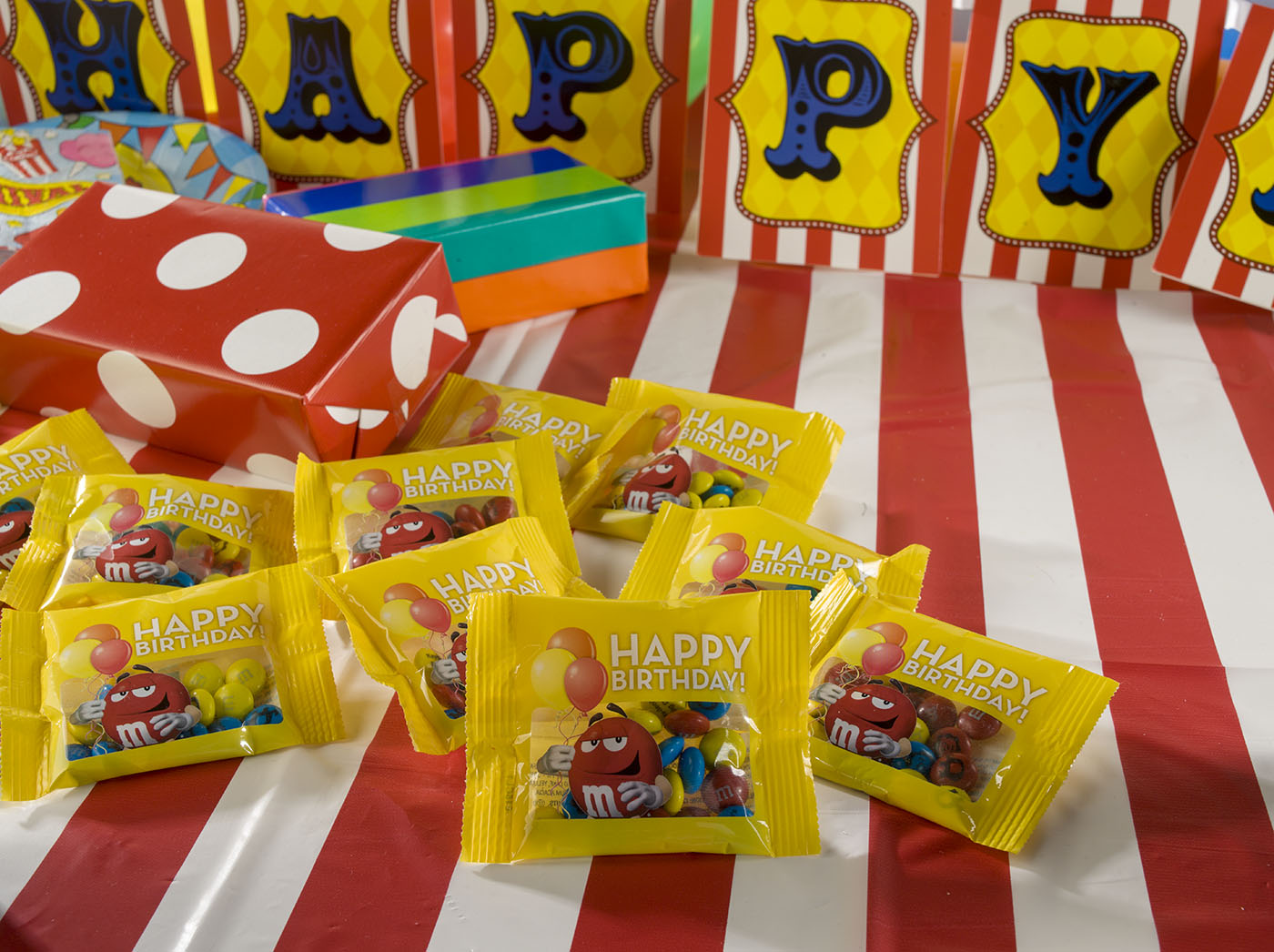 Circus birthday party theme with party favors