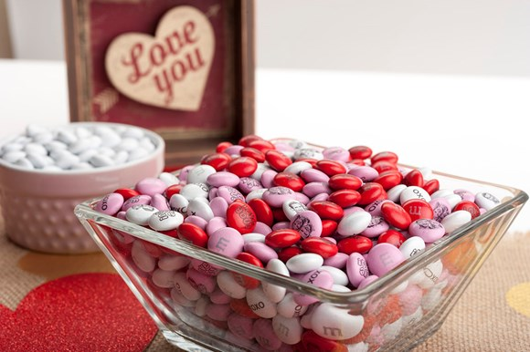 "M&M'S personalizados en recipientes de cristal y un cartelito que dice ""I love you"""